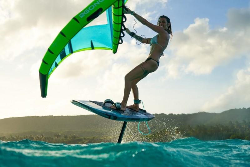 girl-en-vol-wung-surf-2389702